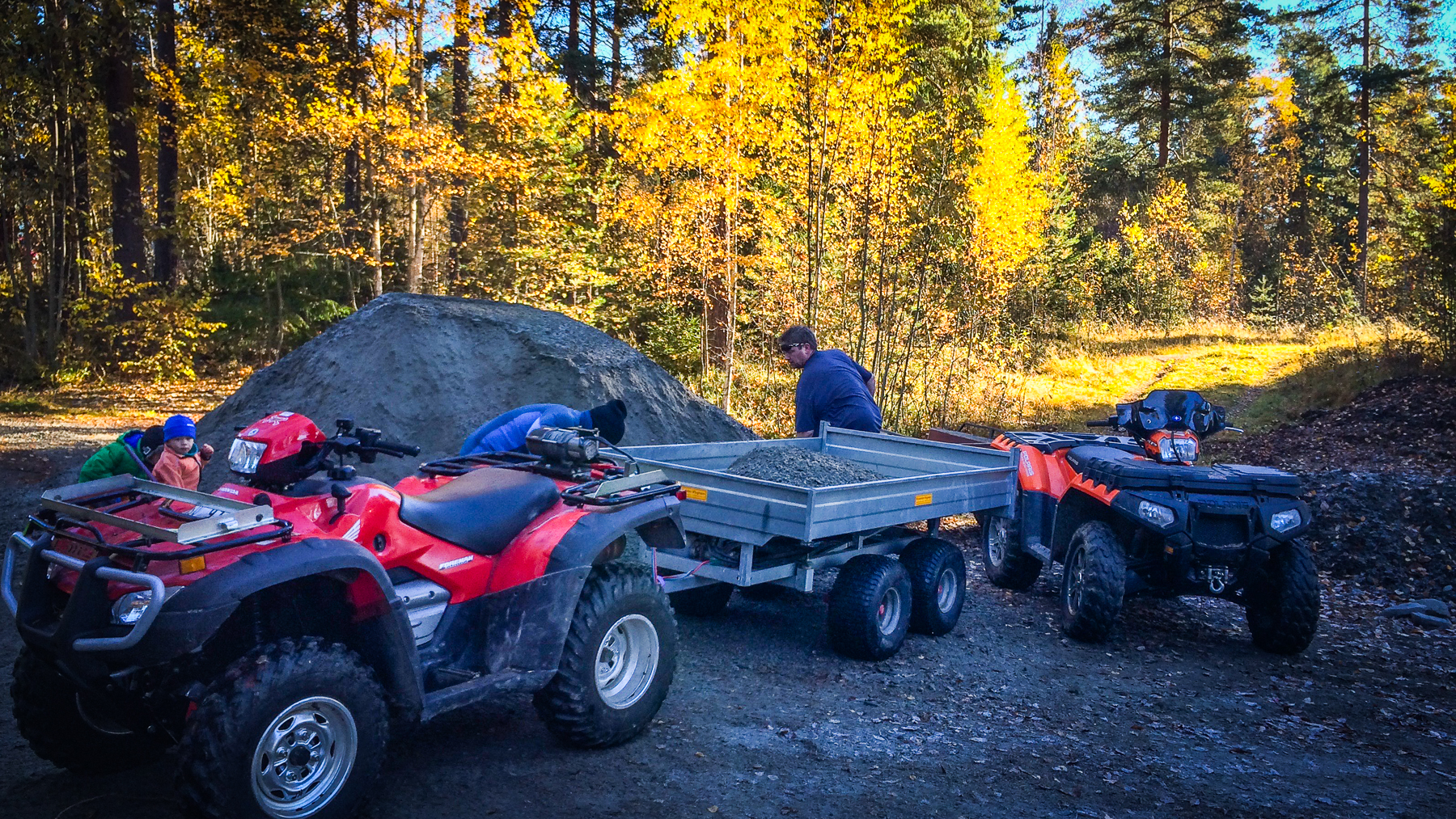 4-hjulingar med släp stod på kö för att lastas med material.
