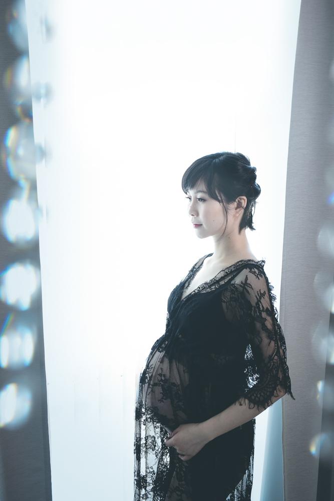 maternity-boudoir-black-lace-robe.jpg
