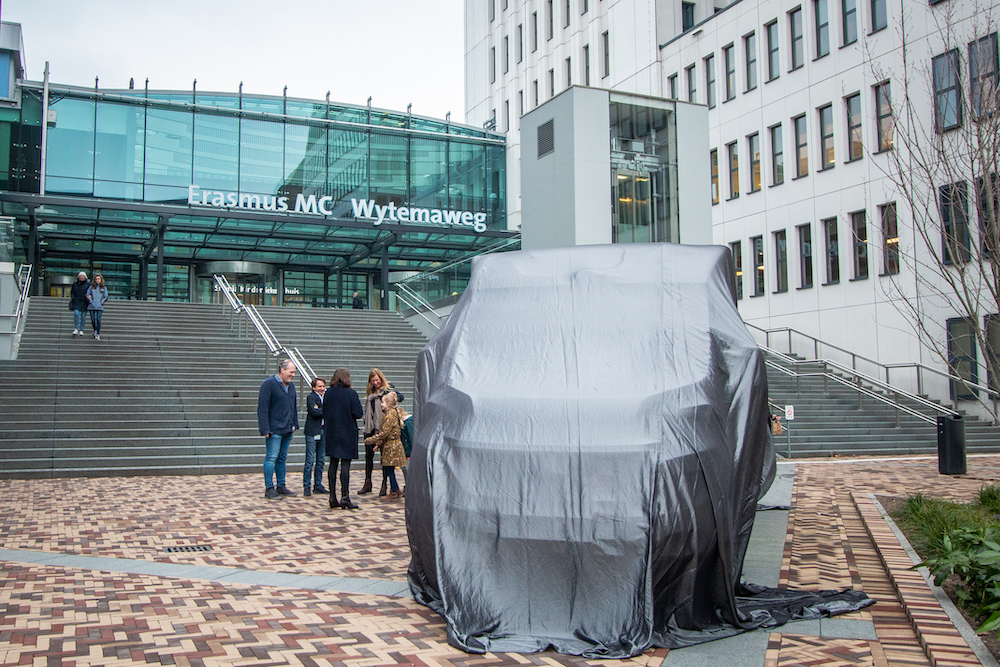 The unveiling ceremony was held in front of the Erasmus MC