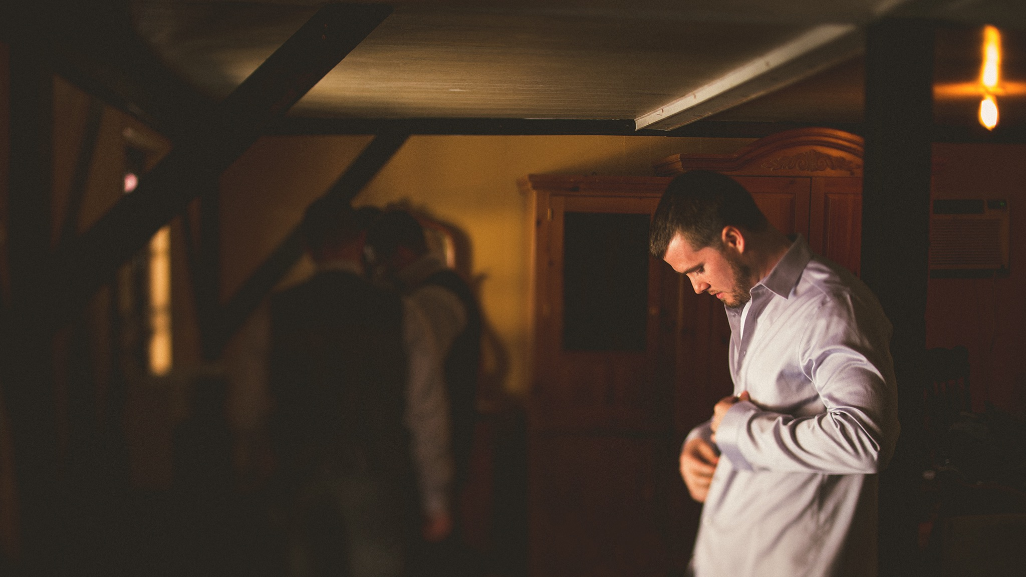 18-groom-putting-on-shirt.jpg