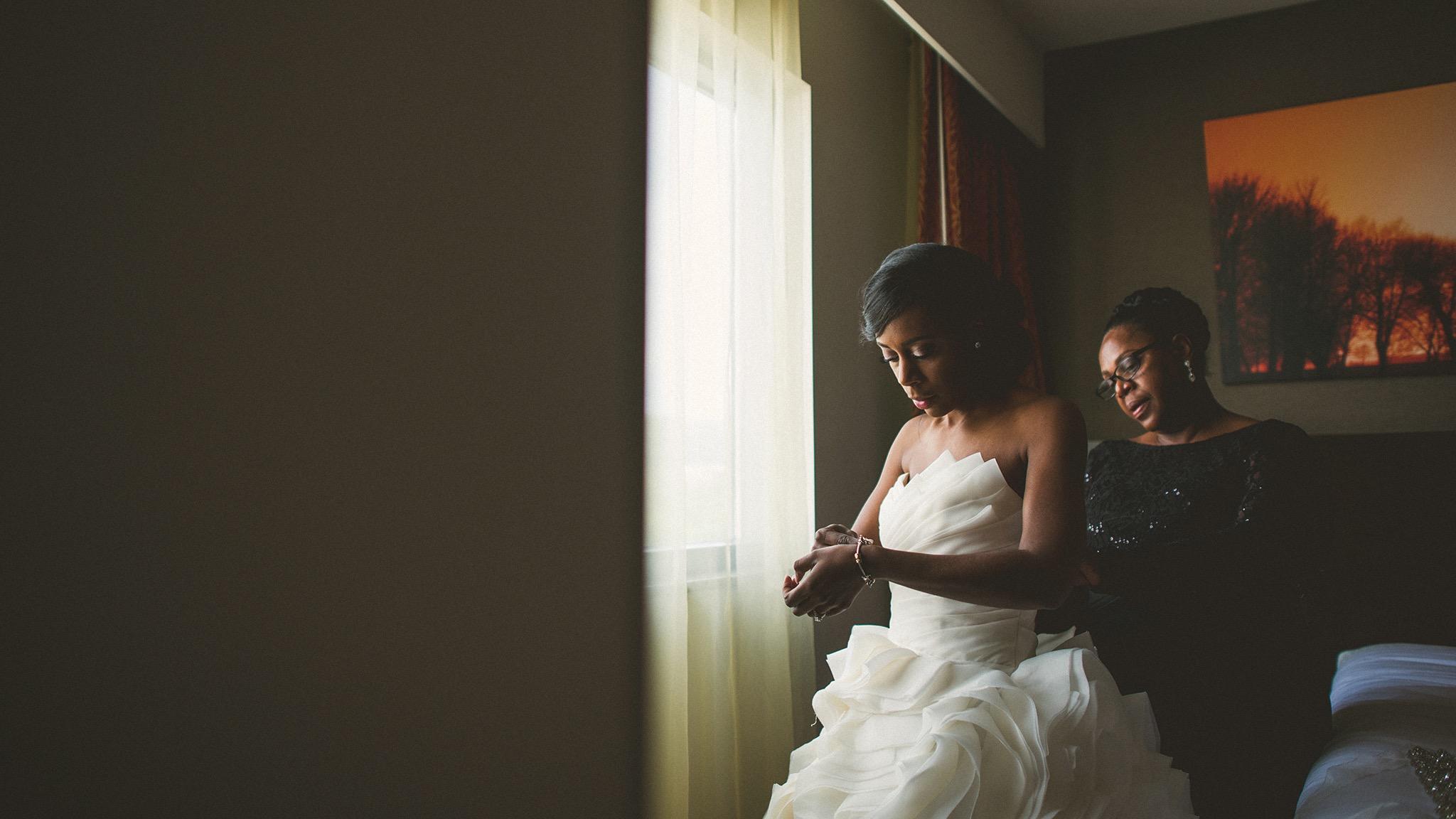 21-bride-and-mom-getting-ready.jpg