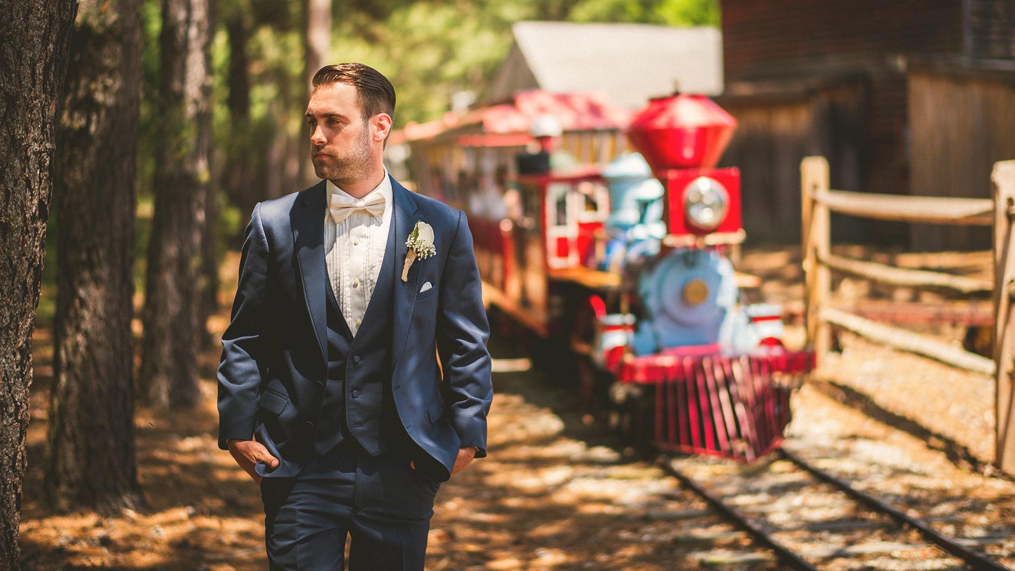 15-smithville-inn-groom-photos.jpg