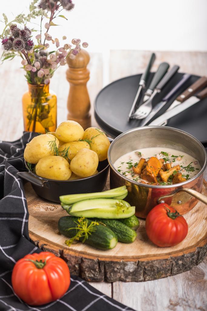 Kukeseenekaste värske kartuli ja värske soolakurgiga. Chanterelle sauce with new potatoes and fresh salted cucumbers