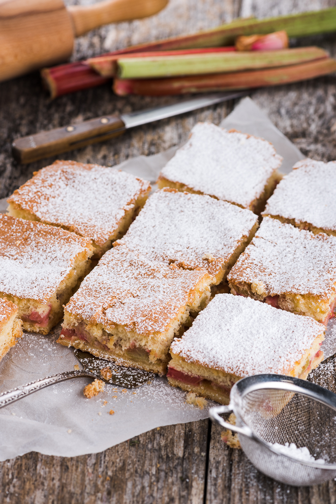 Biskviitkattega rabarbrikook. Rhubarb pie with biscuit topping