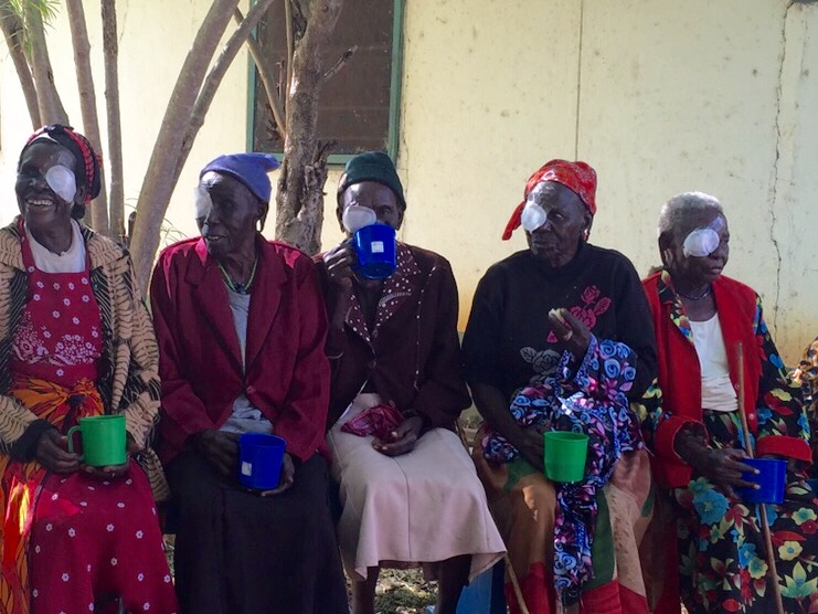 The female cataract patients sit together.