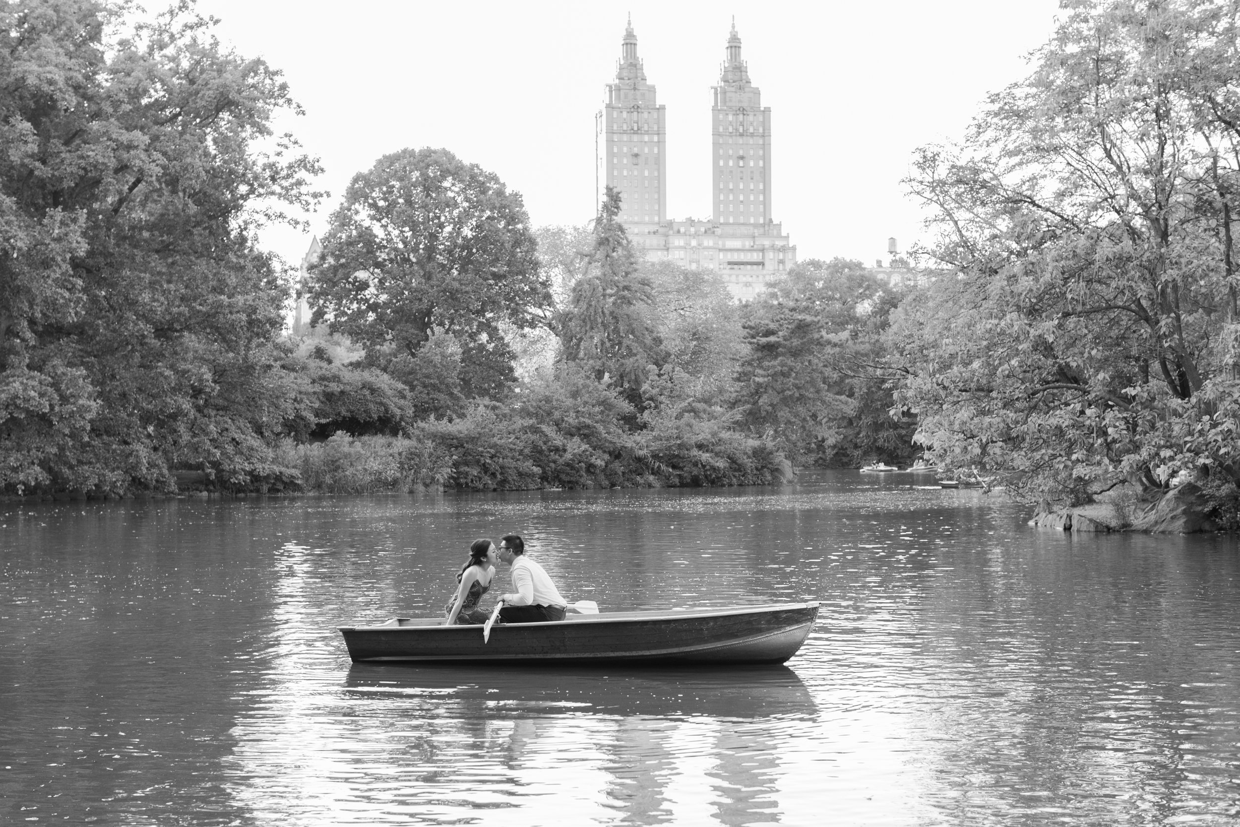 central-park-boathouse-engagement10.jpg