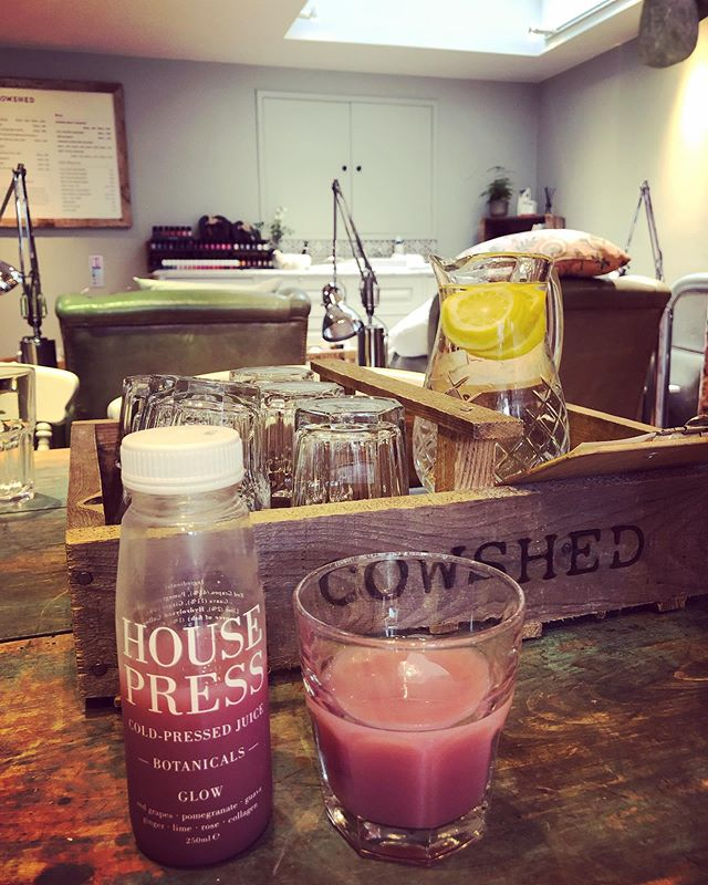 @belleabouttown is beating Monday Blues with the unbeatable @cowshed #pedicure while sipping @housepressjuices Glow. Ingredients like pomegranate, guava, rose and #collagen ? Yes, please! #belleaboutbeauty #belleaboutlifestyle #belleaboutlondon