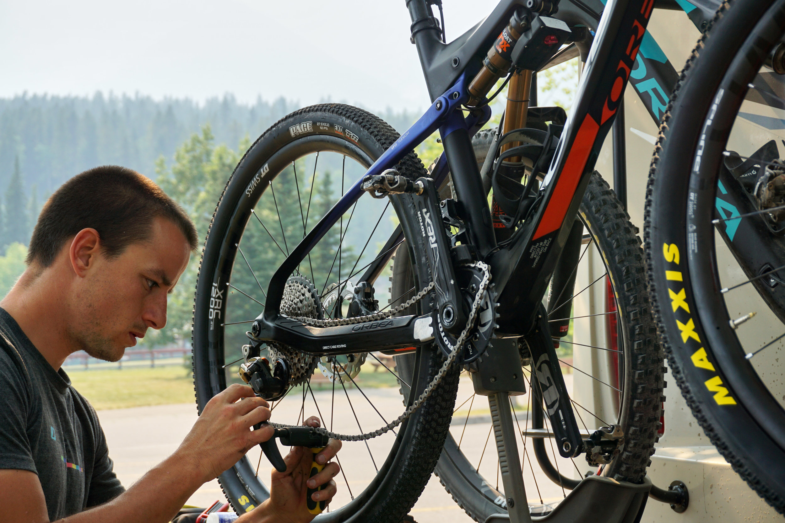 I don't know what I would do with him! When the team is not at races, David does everyhting for me, from prepearing the bike, handing the bottles, entretaining me, training with me, etc. Here, he is being creative and using the car rack on the RV as a bike repair stand, before Nationals.