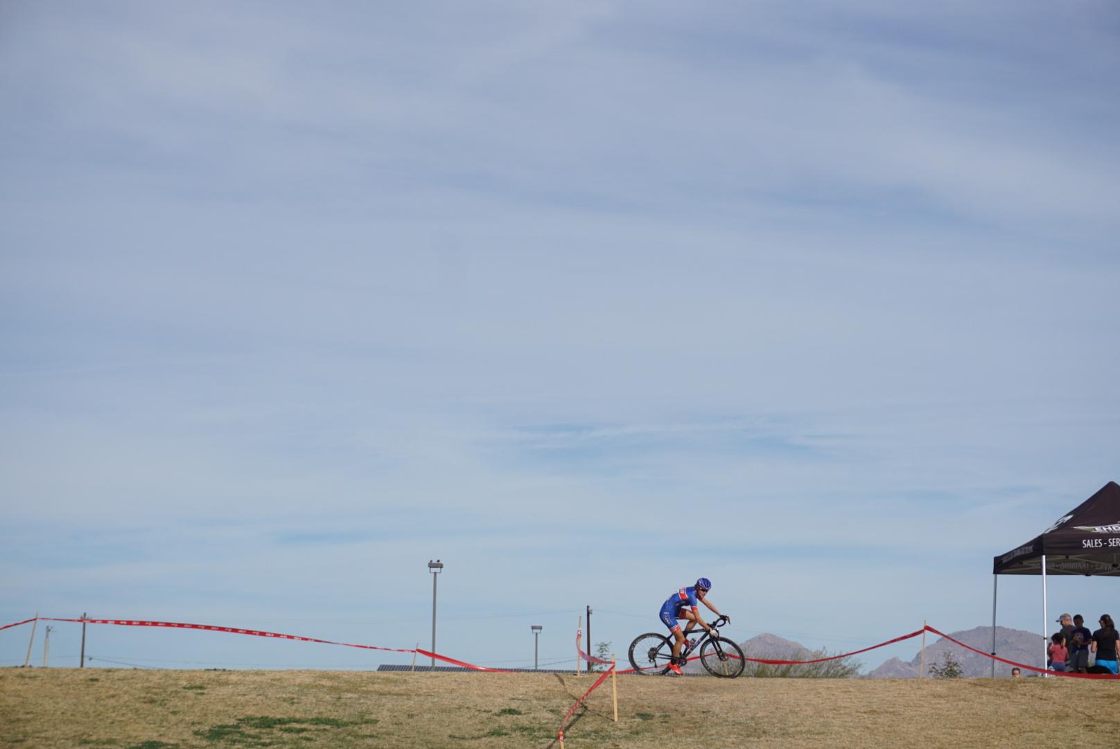 Course de cyclocross en Arizona! Ce weekend, j'ai participé à 4 courses: Pro Hommes et Femmes le Samedi et la même chose le Dimanche, suive d'une séance de musculation. Photo par David