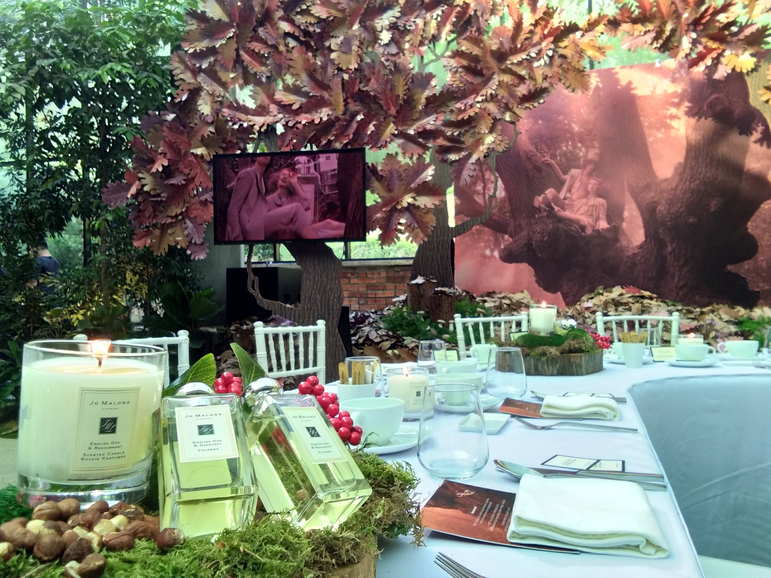 An enchanted Autumn soiree brought guests together amongst golden fall leaves,enveloped by the divine scent of Jo Malone's English Oak.