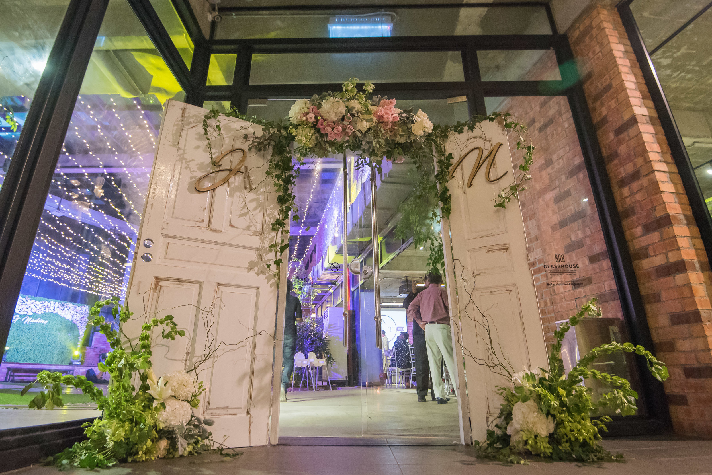 Many often forget about decorating the grand entrance. A rustic door at the entrance of the venue puts a special touch to it