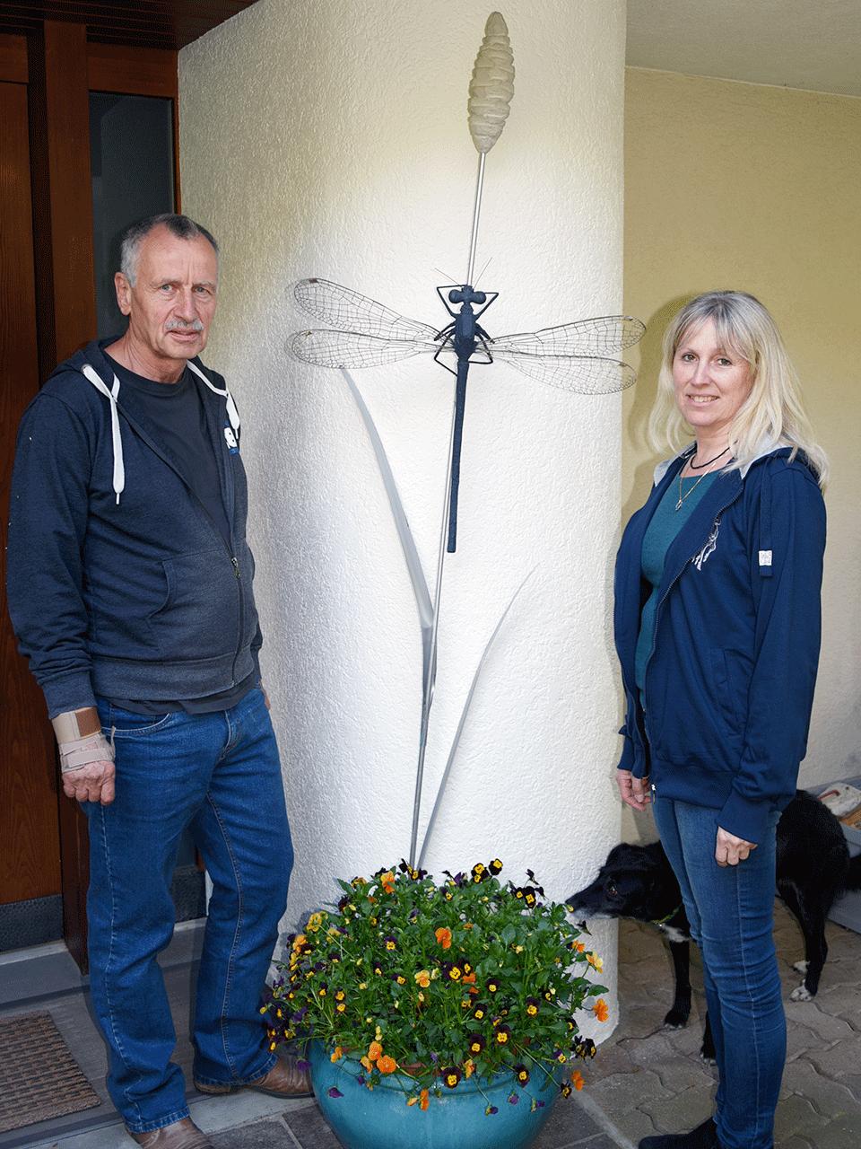 """Jörg Rohner und Monika Bürki vor Skulptur """"Gras mit Libelle"""""""