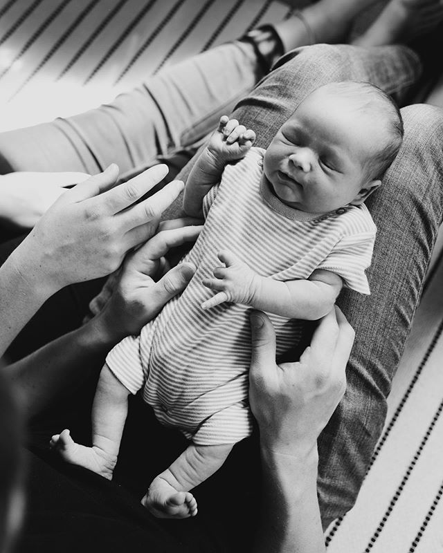 Tiny fingers and wrinkly legs 😍