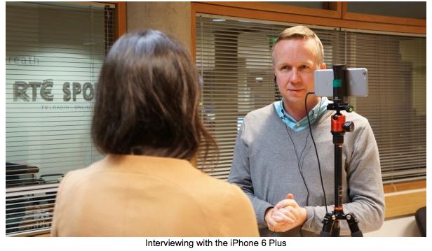 Philip Bromwell Irsk Journalist der Interviewer og redigerer på sin iPhone