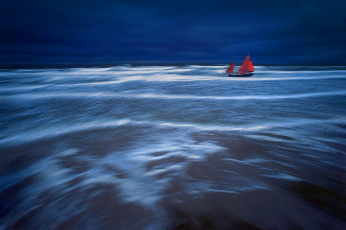30x40  200910  waves, water crowd all red sail 4042 ebe sRGB.jpg