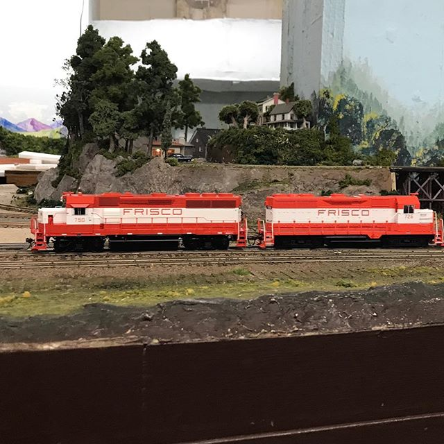 A local Frisco rumbles through Summit on its way to Georgetown. #hoscale #modeltrains #modeltrain #modelrailroad #modelrailroading #modelrailroads #friscorailroad #garfieldcentralrailroad