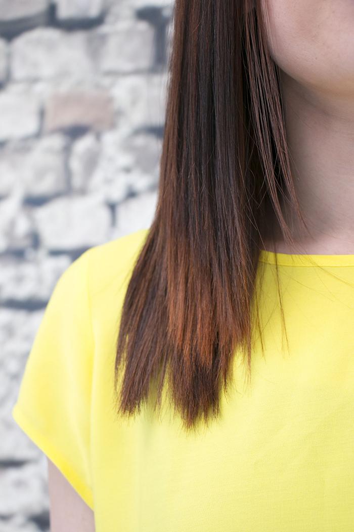 Hiushuone Hemma brändivalokuva - punaiset hiukset ja keltainen paita