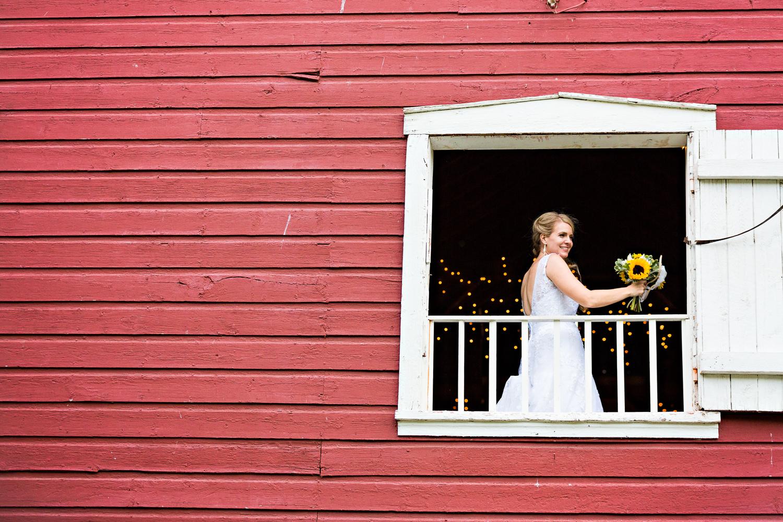 bozeman-montana-wedding-roys-barn-bride-tosses-bouquet.jpg