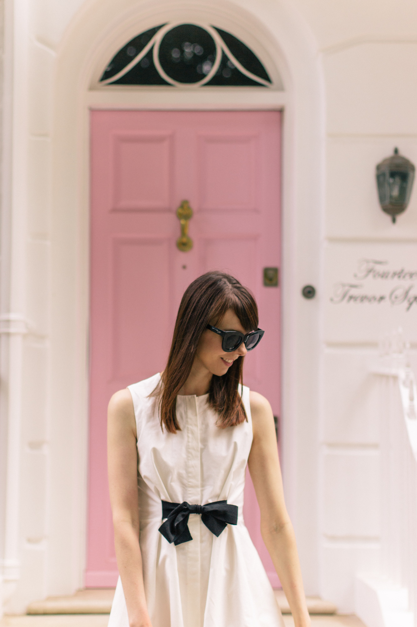 That pink door in Knightsbridge, London - find it just behind Harrods in Trevor Square | Sundays and Somedays