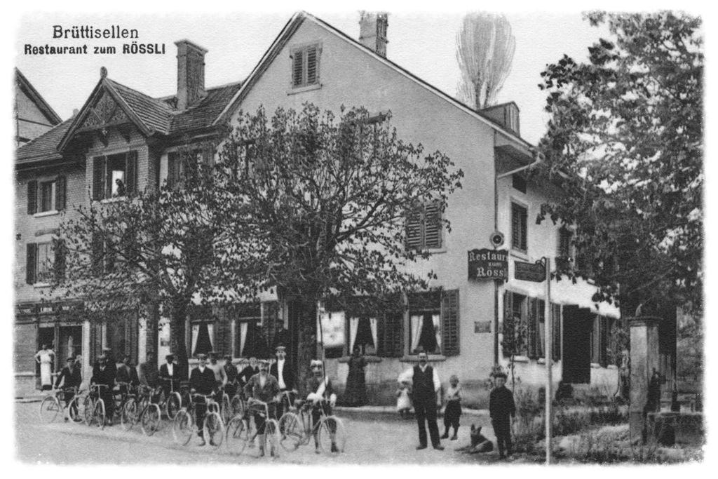 Dieses Foto entstand 1913 vor dem Restaurant Rössli