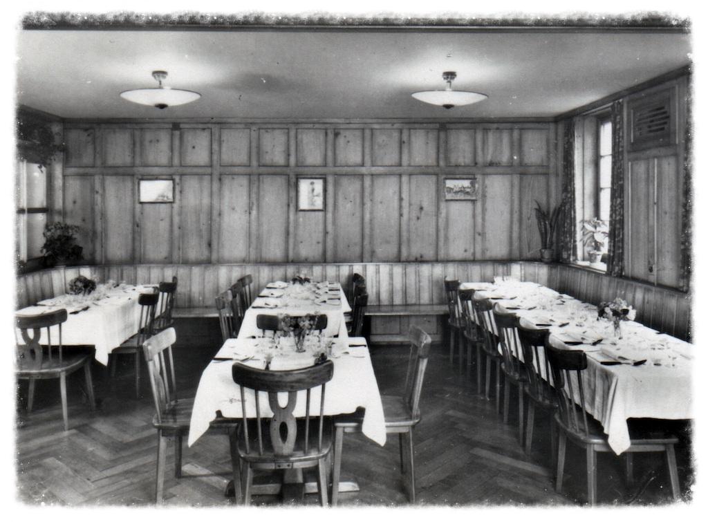 """Der """"alte Rösslisaal"""" bot schon früher Platz für Anlässe und Feste aller Art. Heute präsentiert sich der Rössli Saal grösser, und moderner, in gediegenem Ambiente."""