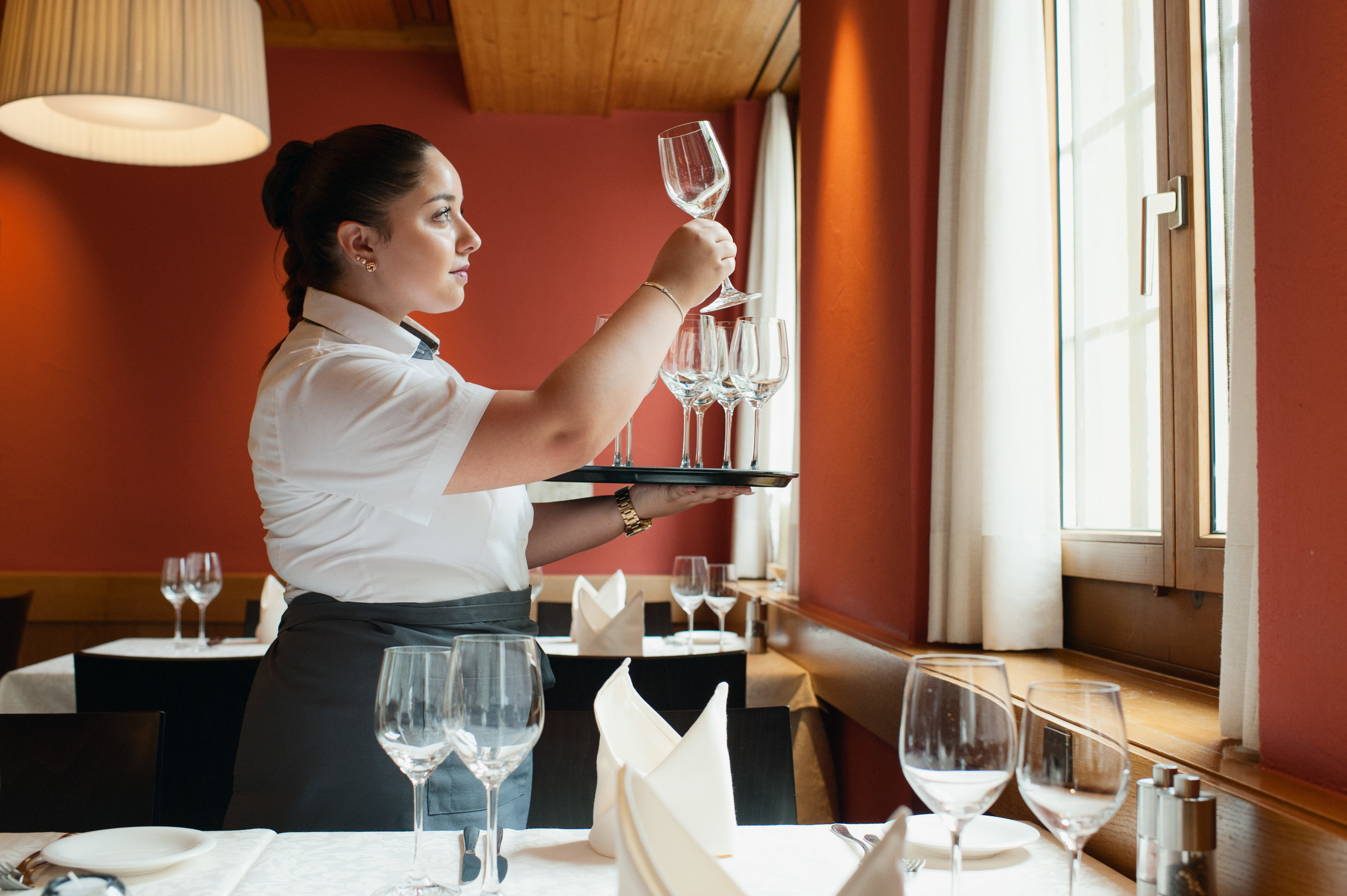 Arianna Pasquerilla, Lernende im 2. Lehrjahr, am Montag (23.07.18) im Restaurant Rössli in Brüttisellen. Foto: Christine Bärlocher