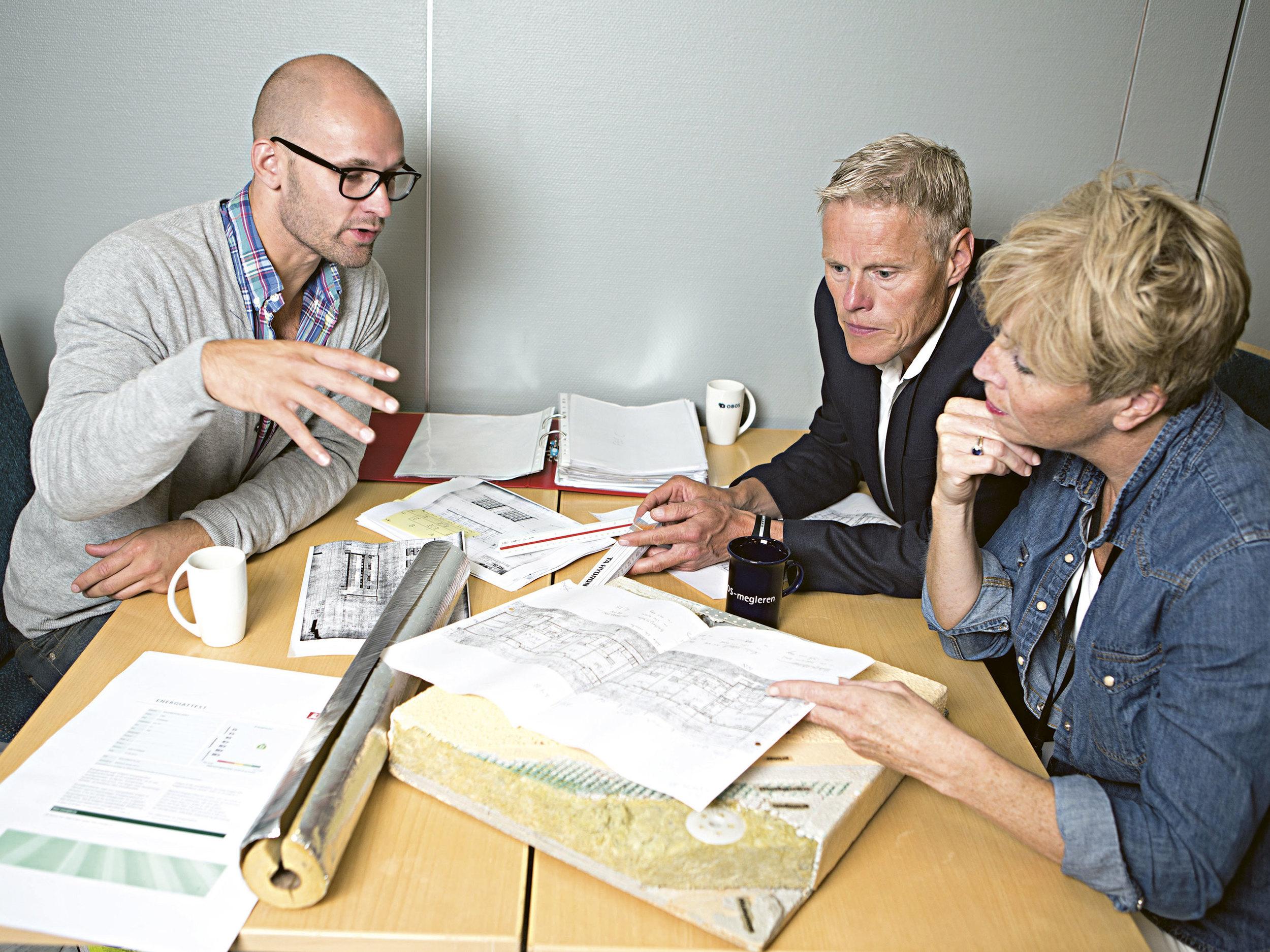 Tre OBOS-ansatte diskuterer energimerking. Fra venstre: Stian Valholm, Morten Aagenæs og Ragnhild Sørlie. Foto: Charlotte Wiig.