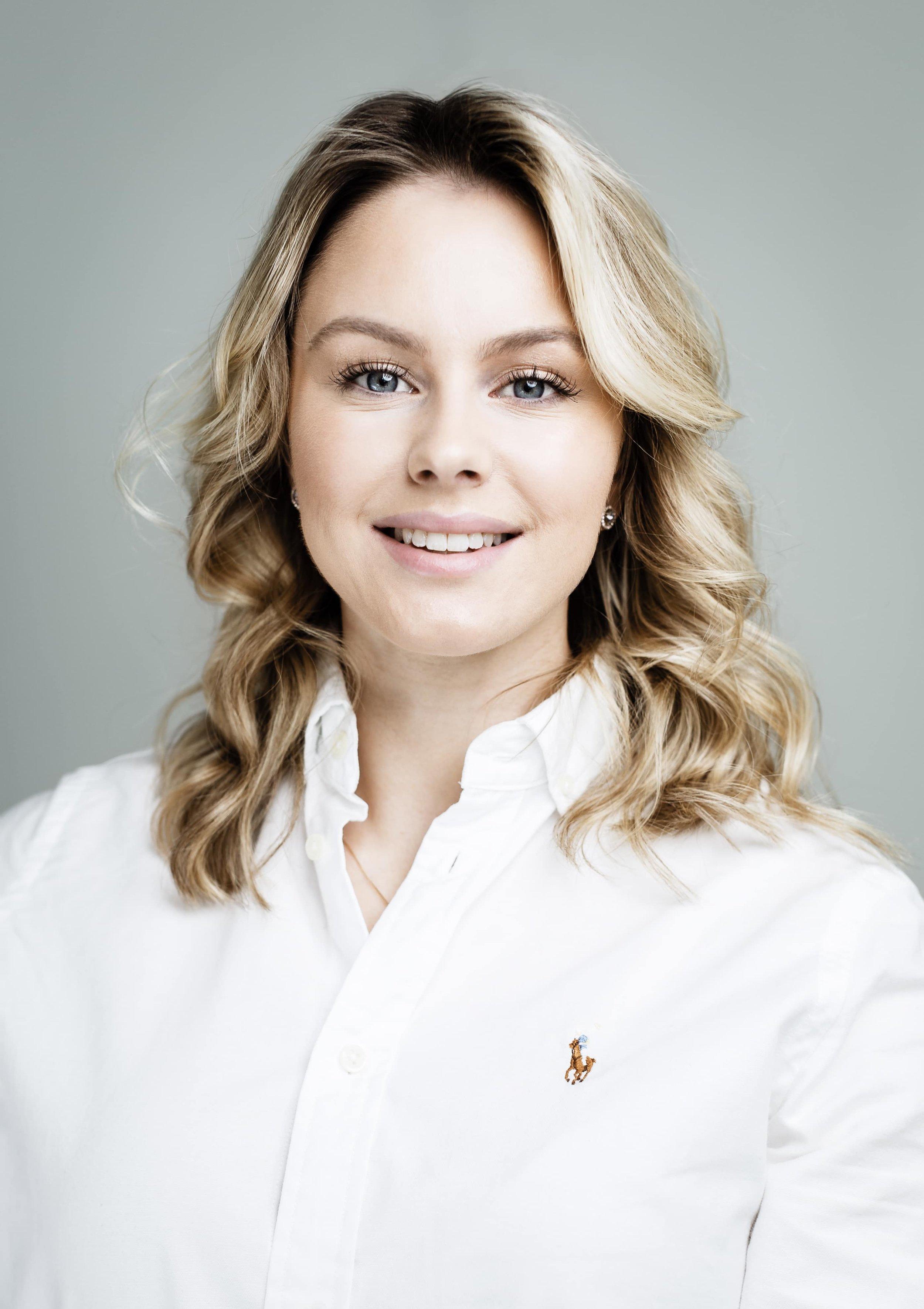 Tove Svansson - Vi förstärker vårt team med Tove Svansson! Tove studerar personaladministration vid Påhlmans handelsinstitut och kommer vid sidan av studierna hjälpa oss att hitta de bästa som finns inom IT.- Jag är en positiv och glad tjej som har påbörjat mina studier inom Personaladministration i Stockholm. Jag kommer till HCM med en bakgrund inom rekrytering och bemanning inom försäkringsbranschen.Tove kommer att gå in i rollen som researcher hos oss på HCM Partner och stärka upp vårt team där vi hittar guldkornen inom IT.- Jag har sedan tidigare arbetat med rekrytering inom försäljning - och försäkringsbranschen. Jag ser rollen som researcher hos HCM som ett bra steg för mig för att utvecklas ännu mer inom IT-rekrytering men också som person.Genom att att välja rekryteringsbyrå vid rekrytering kan ditt företag lägga fokus på andra delar av företagets utveckling och istället låta experterna sköta rekryteringen. Allt handlar om att få rätt kompetens på rätt plats.Vi på HCM Partner önskar Tove varmt välkommen till teamet och ser fram emot att sen henne utvecklas hos oss!