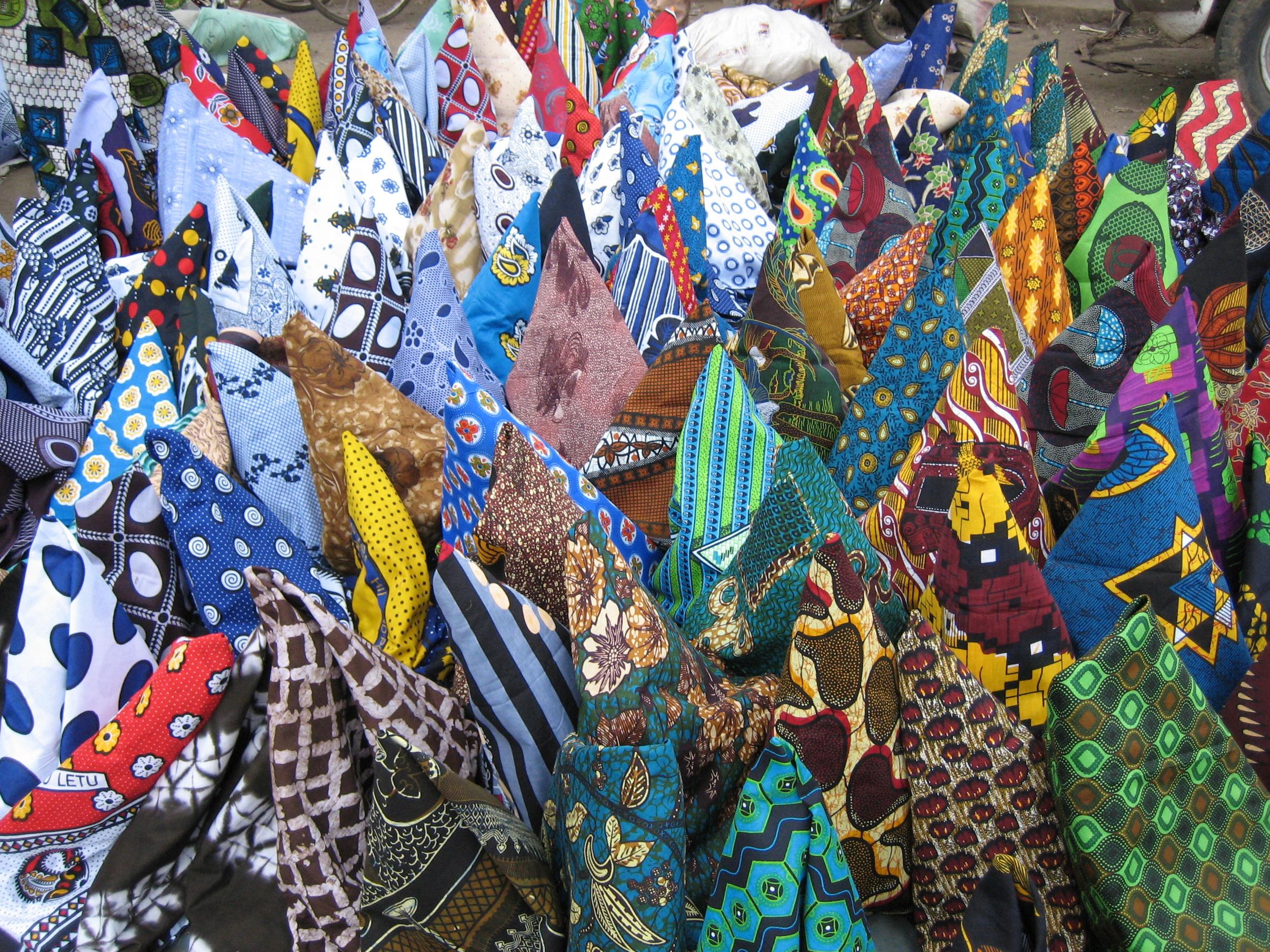 Kanga_and_kitenge_in_Tengeru_Market,_Arusha,_Tanzania.jpg