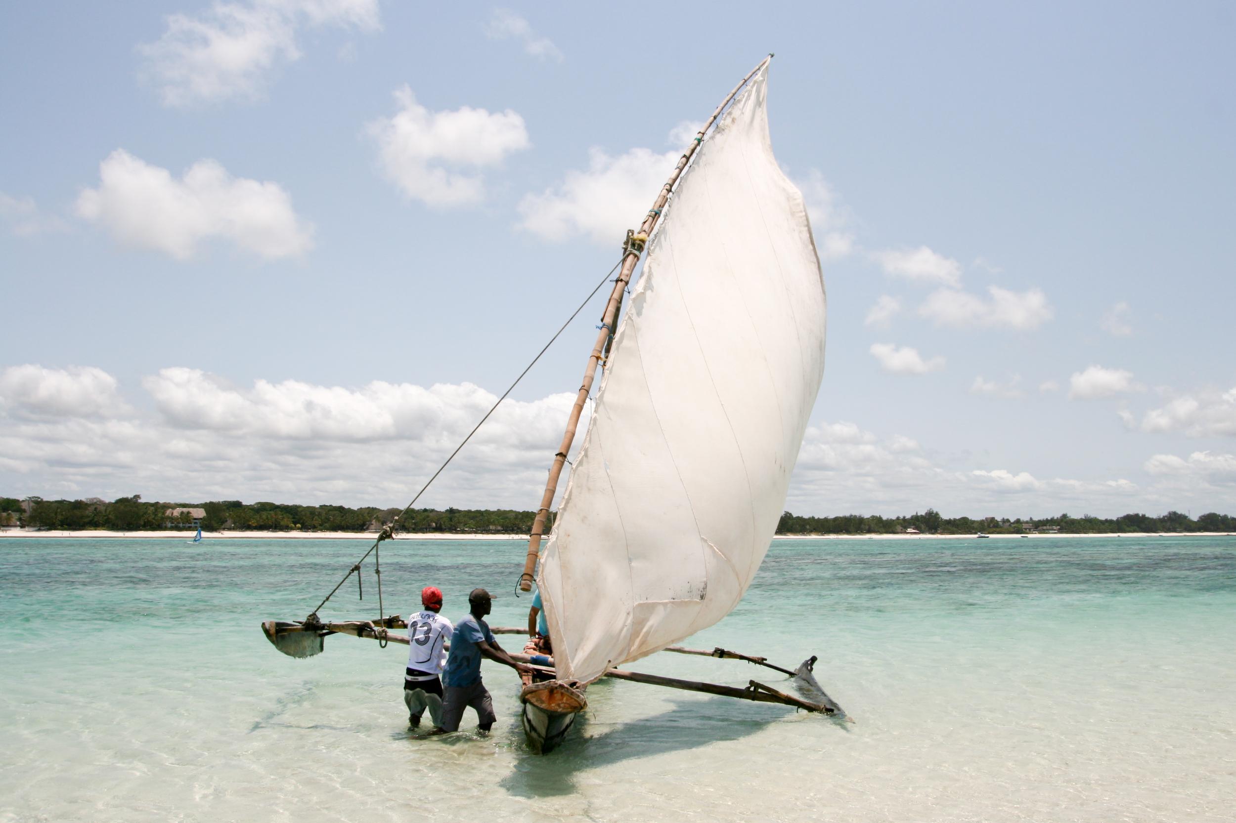 Outrigger_canoe_in_Kenya.jpg