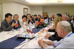 Kinesiske og israelske forskere i diskusjon