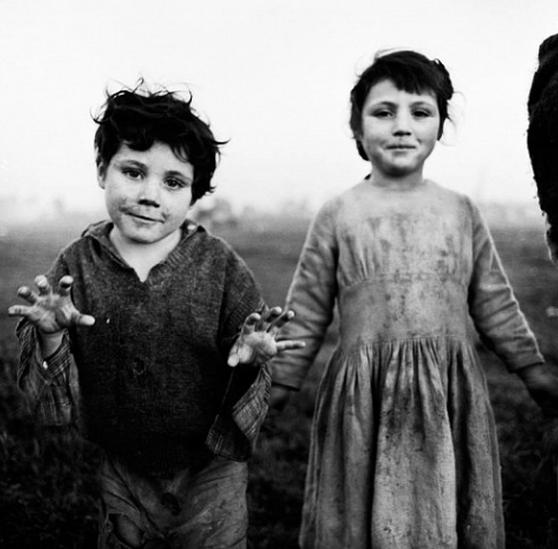 Bernie and Nell, Irish Travellers –Alen MacWeeney, 1965
