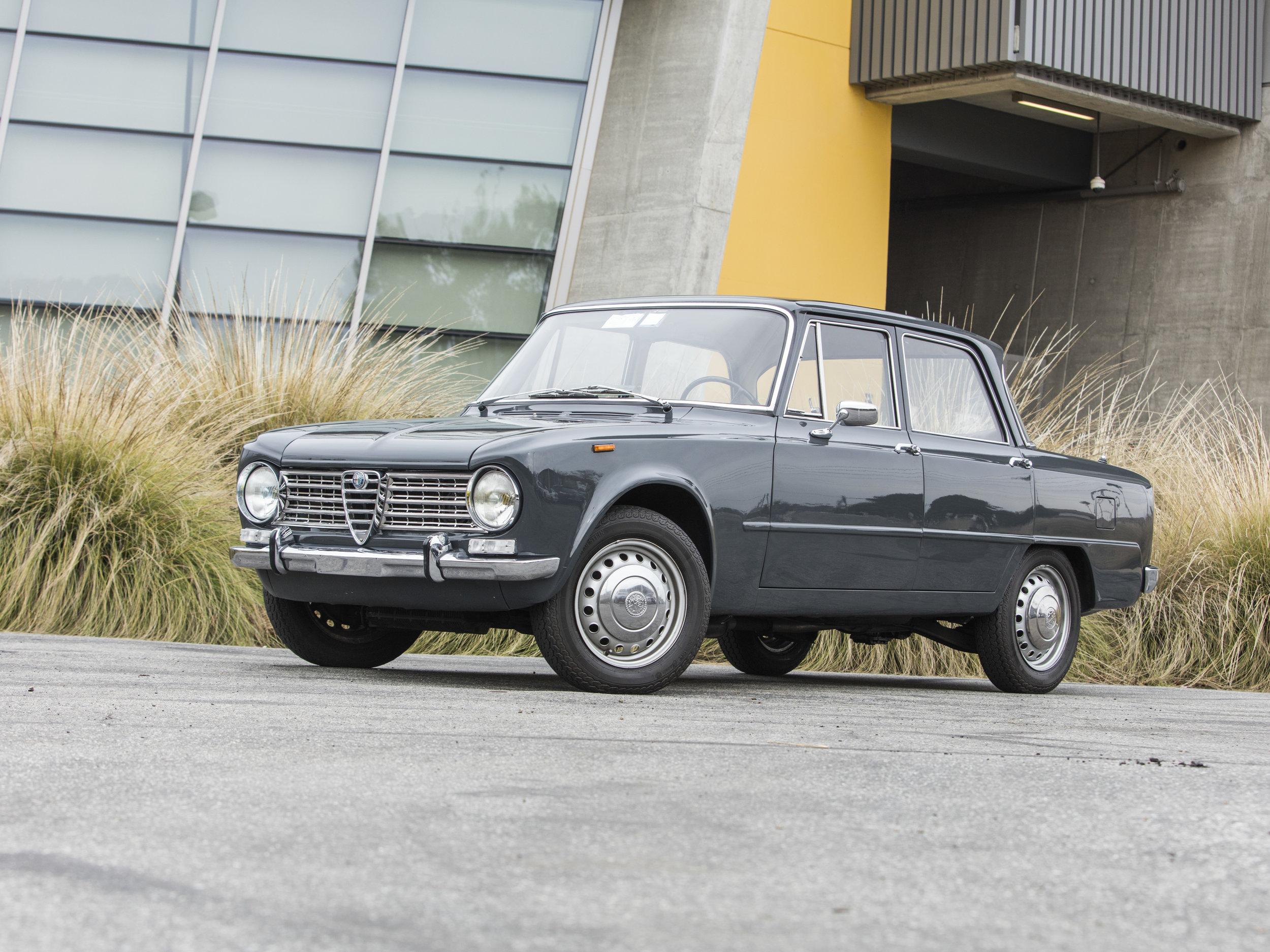 1966 Alfa-Romeo 1300 Giulia 04.jpg