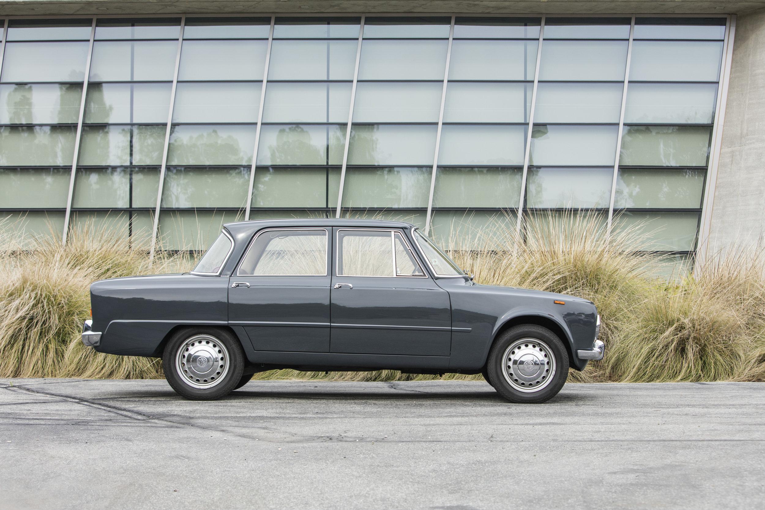 1966 Alfa-Romeo 1300 Giulia 05.jpg