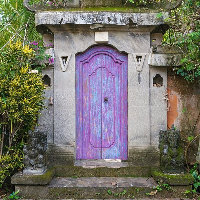 You never know what you can find with a motorbike and free time on the #BukitPeninsula. But it was just around the corner from our homestay in #Pecatu where we discovered our favorite door. 🌴💜✨
