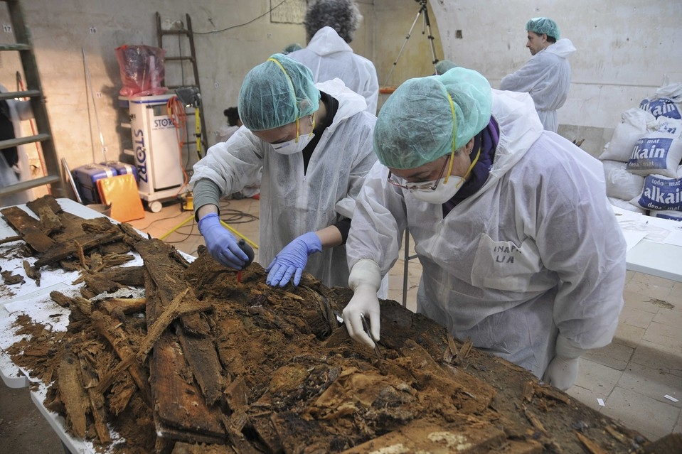 Examination of the crypt's remains. Photo: Javier Balaguer, Jaime de Linos, and Gonzalo Tapia.