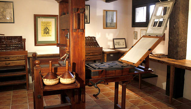 Printing press similar to the one used to print  Don Quixote , at the site of Juan de la Cuesta's print shop