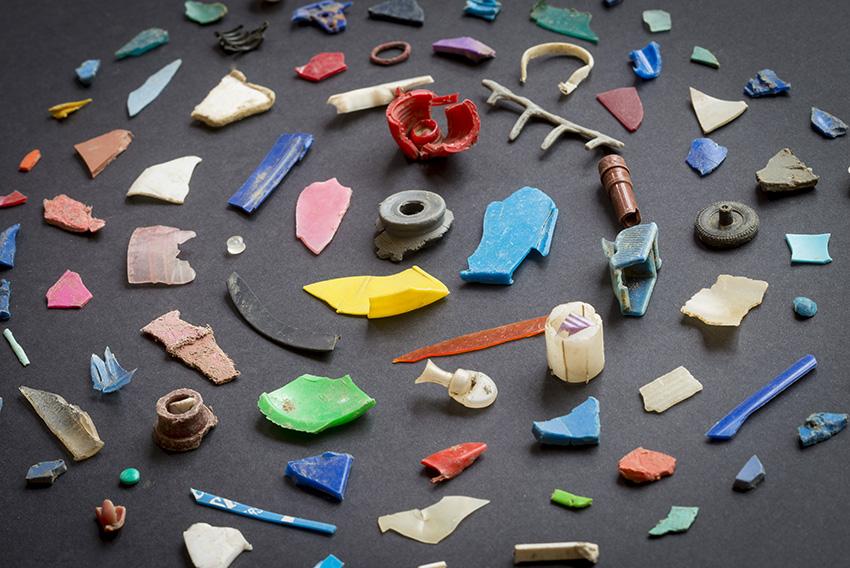 River_litter_plastic_fragments_1.jpg, Provincie Limburg/ Alf Mertens [CC0] https://commons.wikimedia.org/wiki/File:River_litter_plastic_fragments_1.jpg