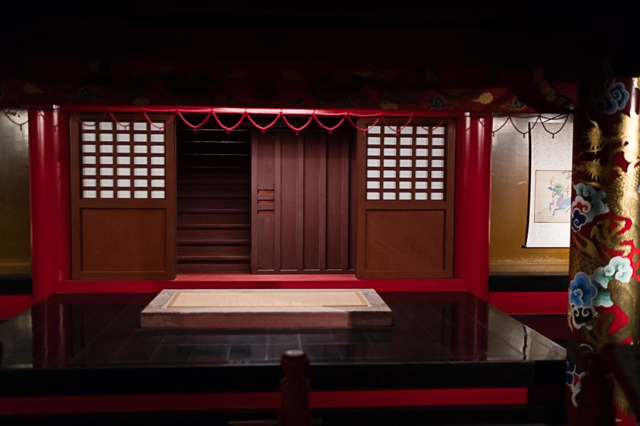 bottom floor king's platform for other formal duties