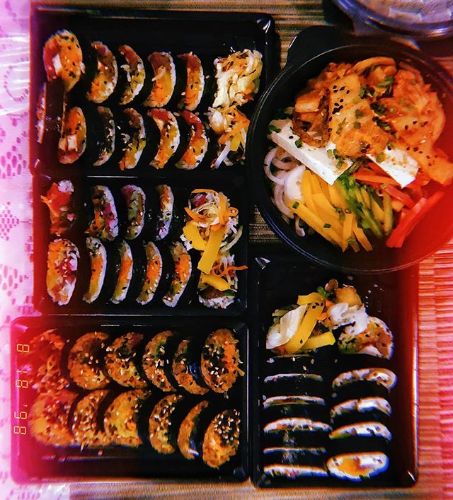 Why is Sushi/Kimbap/California rolls so good? Like who made it legal to make it taste so good? 🍣 #palettepolice #kimbap #sushi #food #foodstagram #ramen #throwback