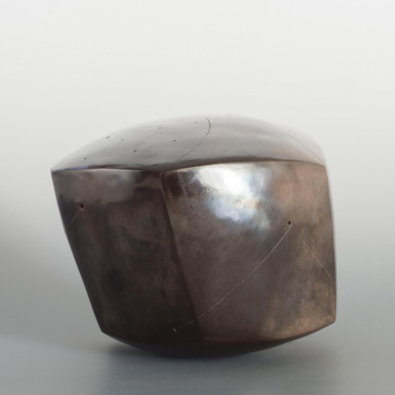 Polyèdre noir, terre enfumée, signé NP