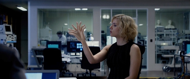 lucy-2014-movie-screenshot-double-hand.jpg