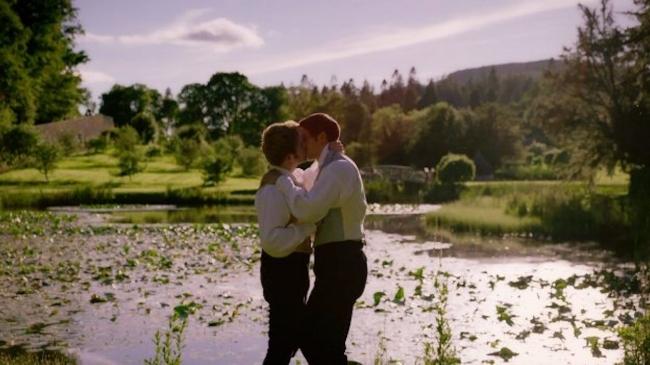 Victoria-gay-kiss.jpg