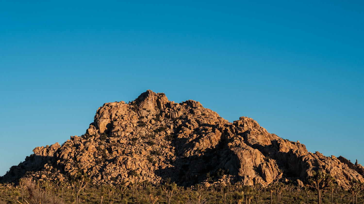 This mountain of rocks was on our right side and it got even more incredible with the warm light from the setting Sun