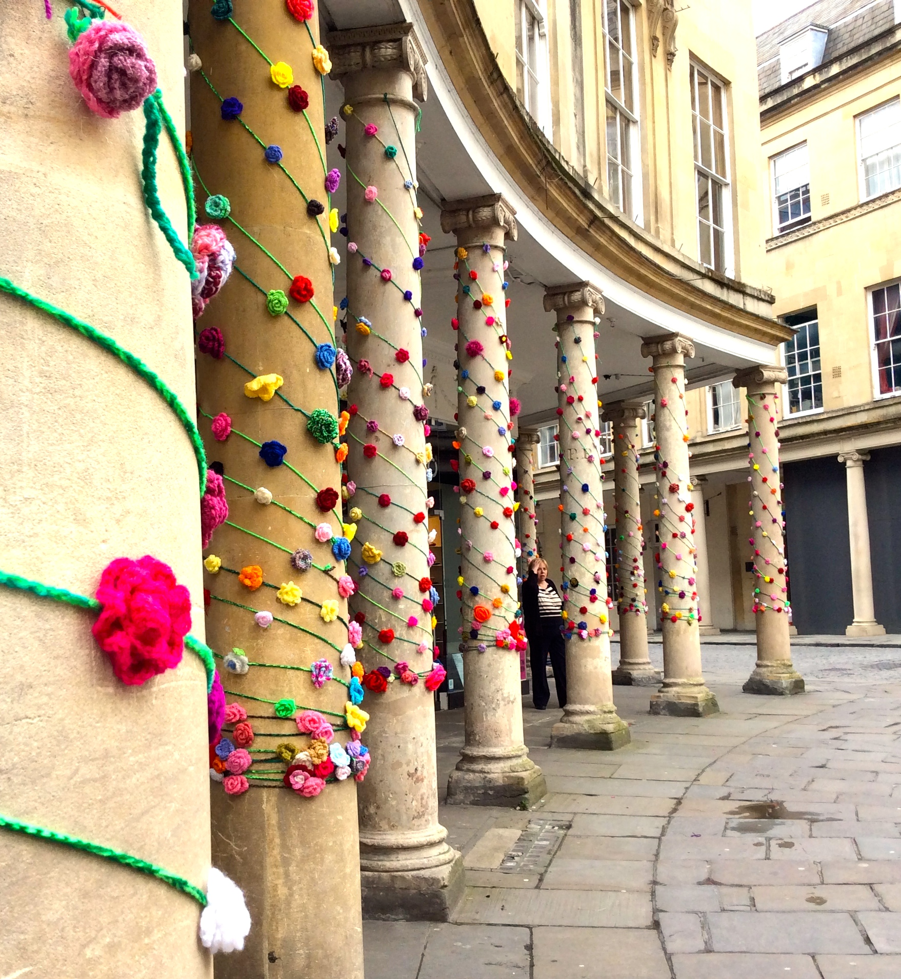 Bath in Fashion 2014 Crochet roses on the colonnades