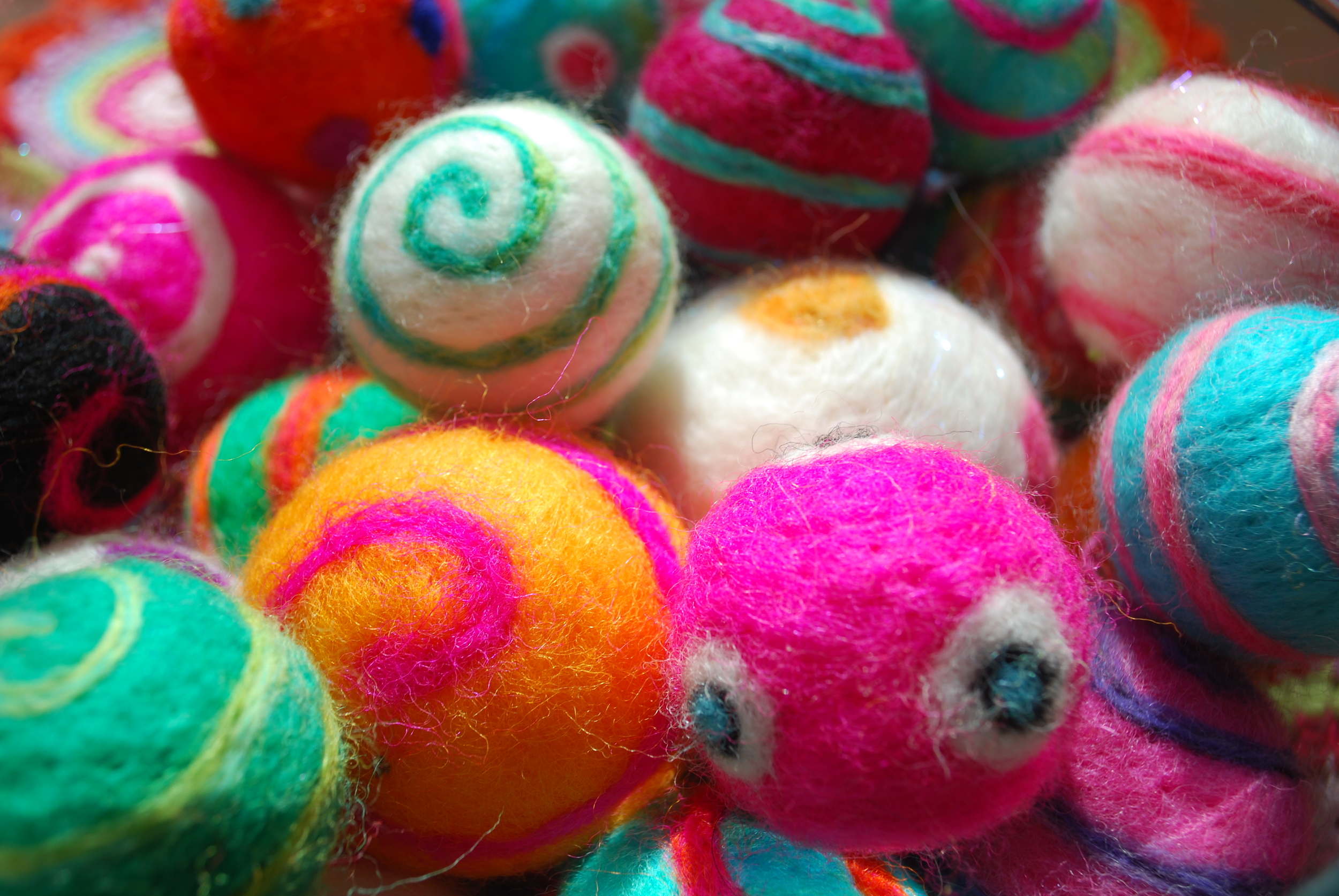 Brightly coloured needle felted christmas decorations. A free tutorial