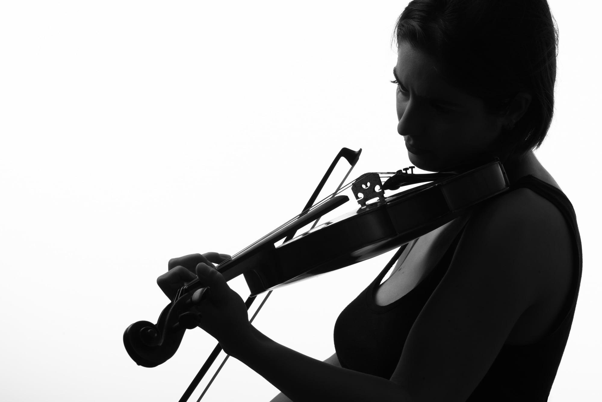 Brazilian concert violinist Manoela Wunder in studio