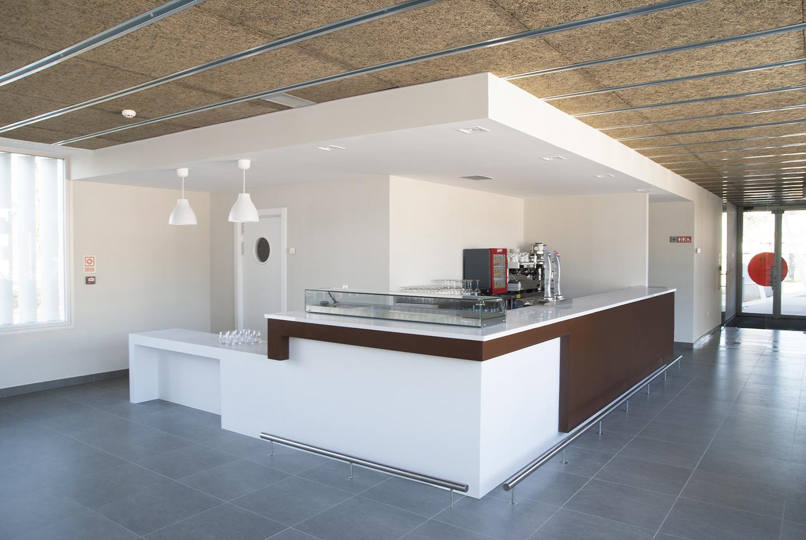 Barra para cafetería en  Club de tenis La Raqueta . Valladolid, 2015