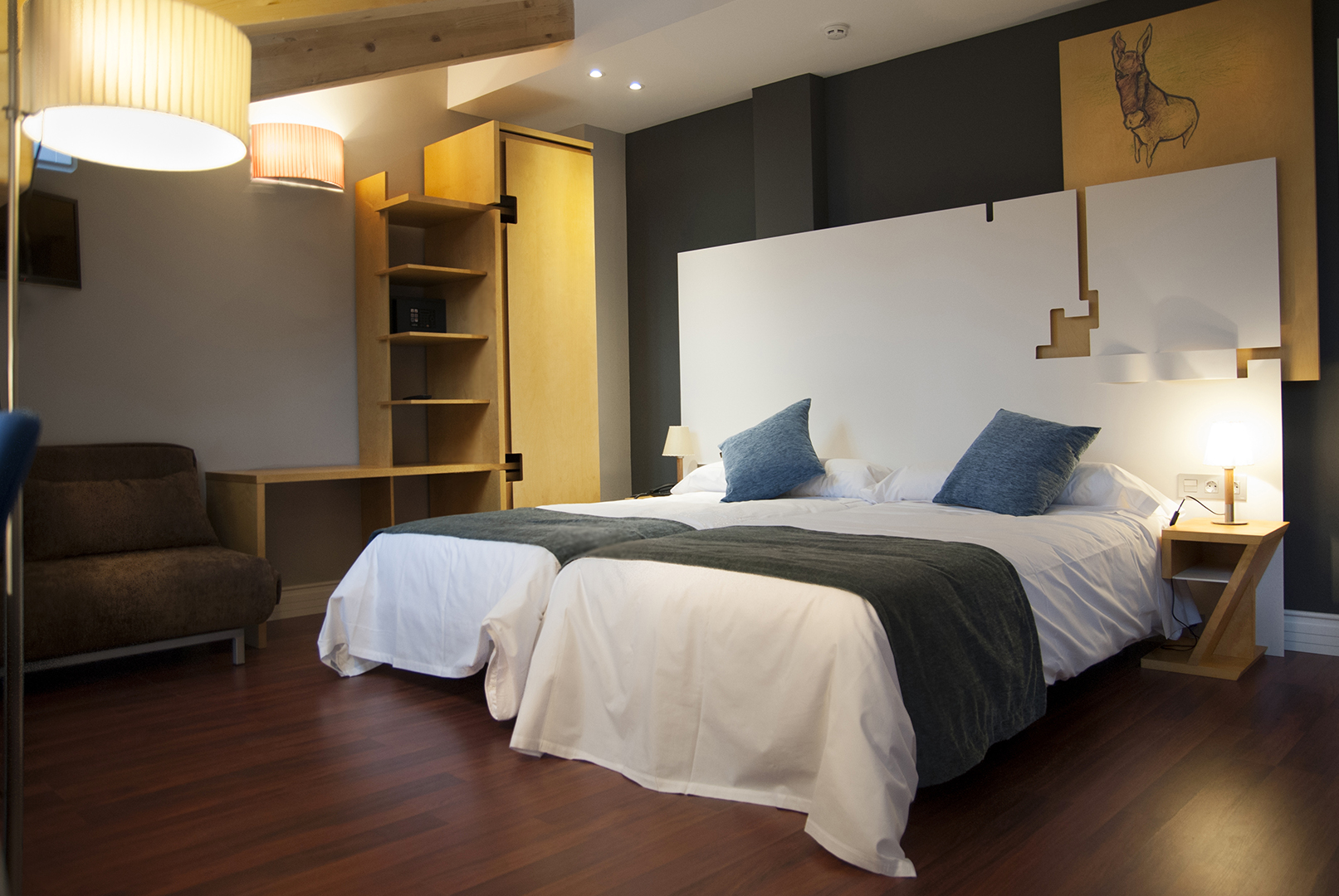 Habitación de hotel. Armario, cabecero y mesillas fueron realizados por Rhico en solid surface y madera teñida en un amarillo escogido.