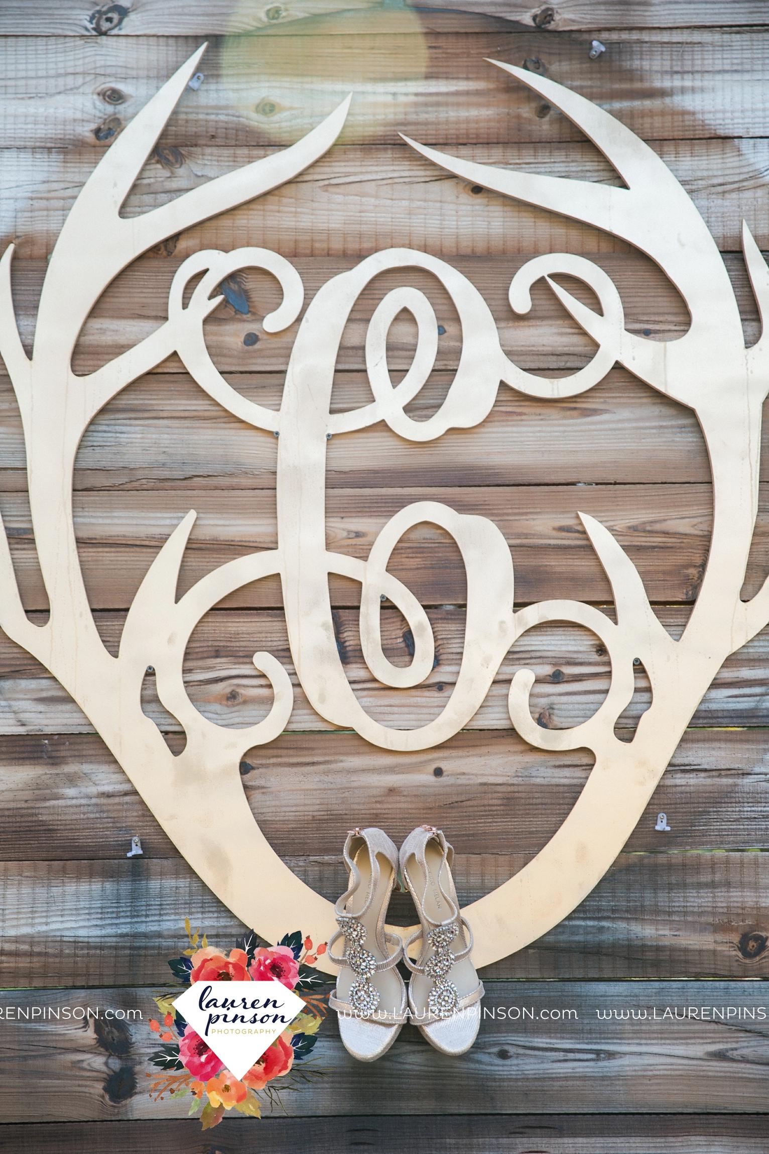 rustic-wichita-falls-texas-wedding-photographer-gold-glam-mayfield-events-market-street-united-allue-bridals-fall_1701.jpg